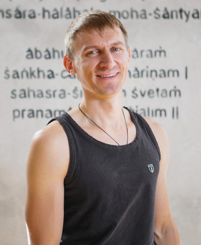 Инструктор студии йоги Virgou в Омске Дмитрий Сунегин